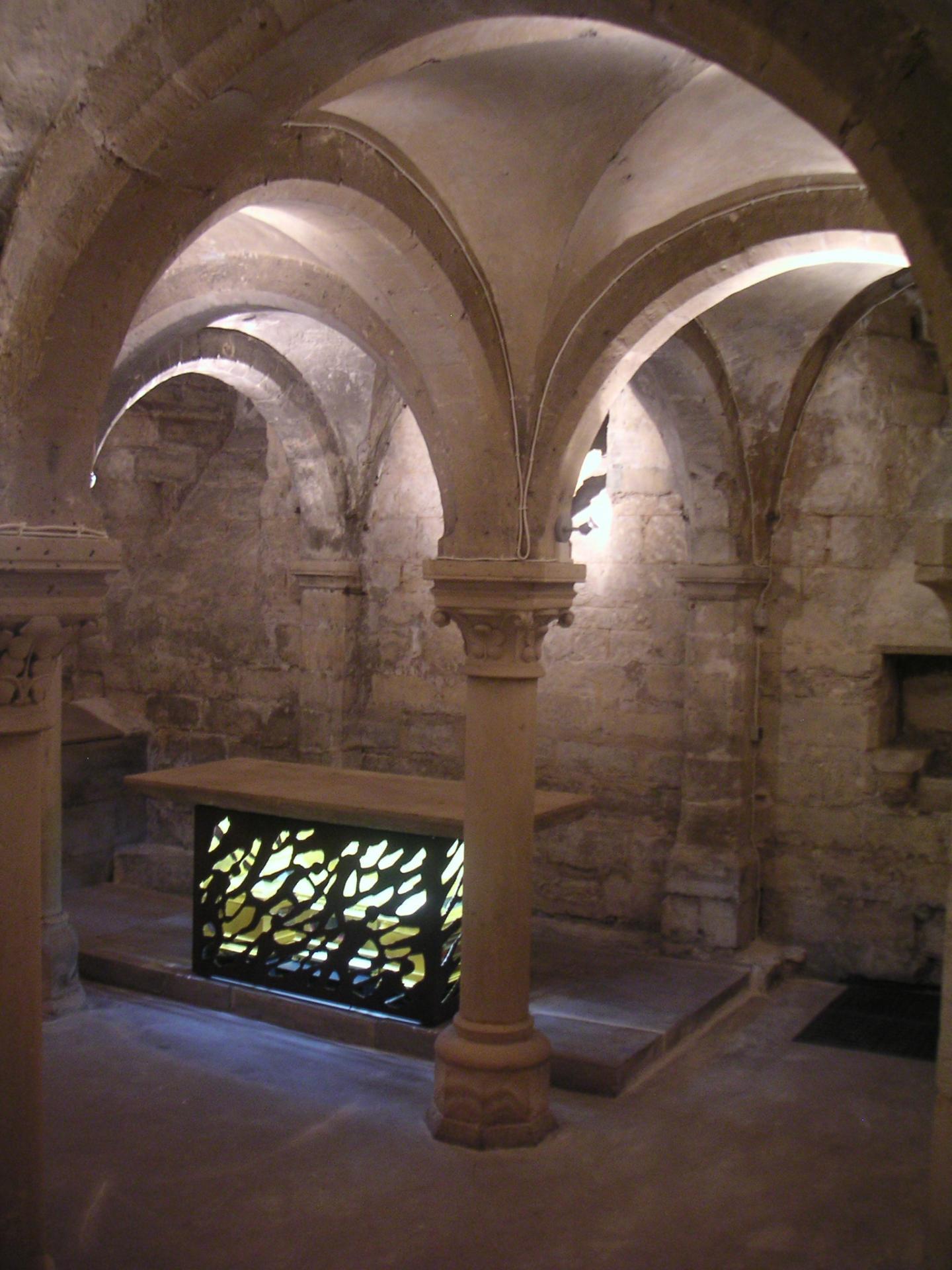 La crypte et l'autel de l'église de Créteil